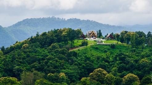 Какой-то храм на холме вдалеке. Чианг Рай, Таиланд.