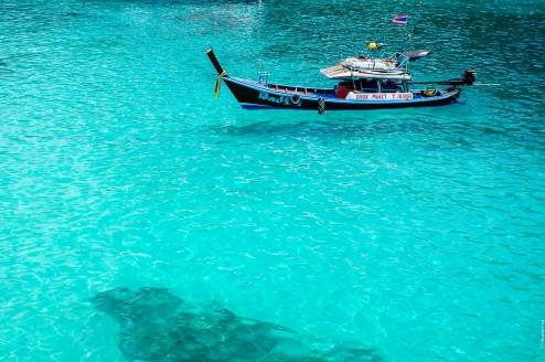 Бирюзовая вода и тайская лодка в бухте Баток.