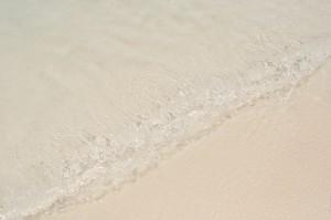 Волна на пляже бухты Паток. (Рыбалка у острова Рача Яй и браминские коршуны.)