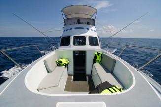 Сандек на носу лодки.