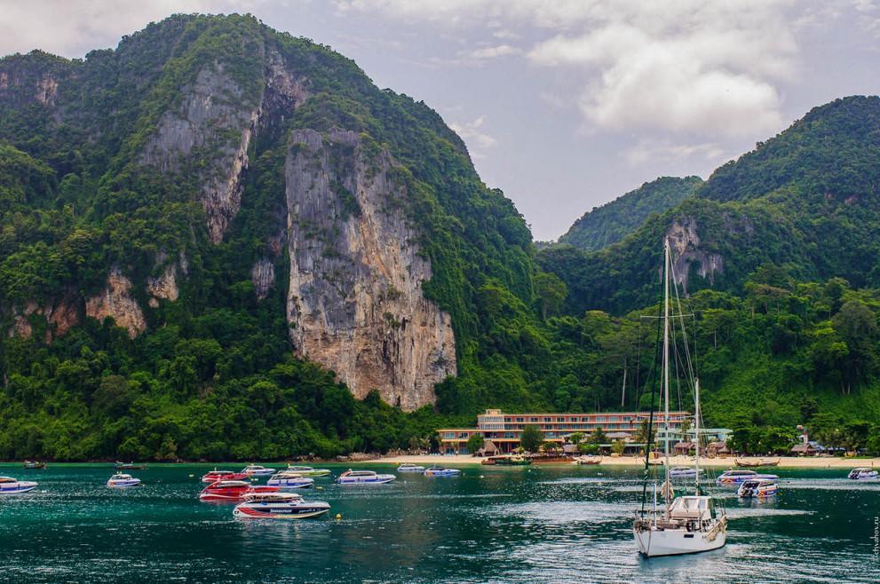 Вид с парома на залив Тон Сай.