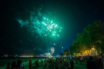 Пляж Патонг. Новый год. Много людей.