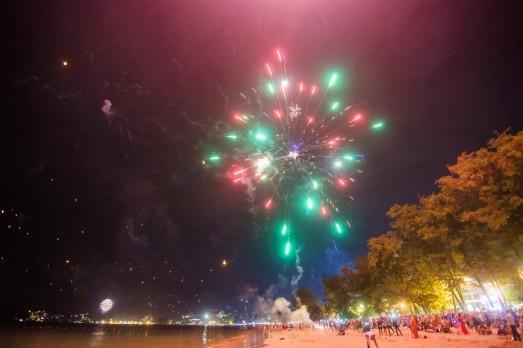 Иногда светло как днём, в новый год на пляже Патонг.