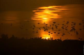 Бухта Чалонг в лучах затменного солнца