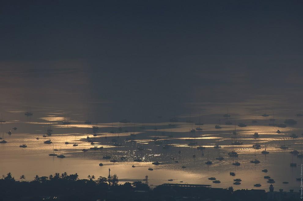 Отражение тени от луны в центральной фазе затмения в водах бухты Чалонг, Пхукет, Таиланд, 9 марта 2016.