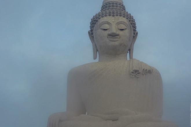 Большой Будда в облаке.