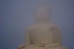 Большой Будда смторит затмение через облако. (Солнечное затмение, 9 марта 2016.)