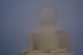 Большой Будда смторит затмение через облако.