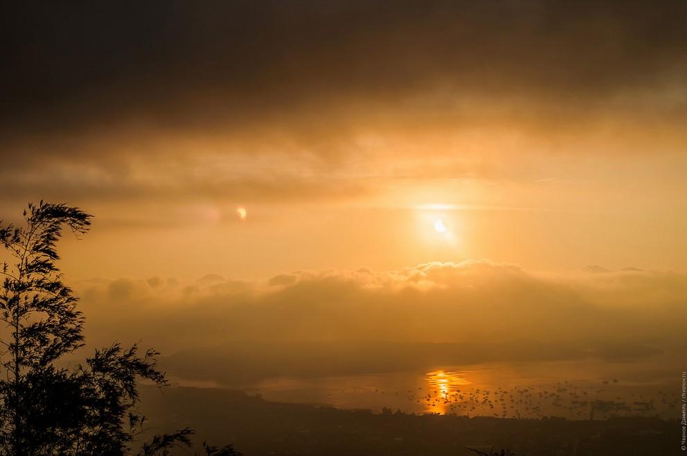 Солнечное затмение и вид на бухту Чалонг